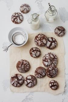 Biscotti brownie al cioccolato in zucchero a velo