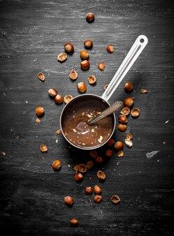 Burro al cioccolato con nocciole in padella.