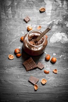 Burro al cioccolato con nocciole.