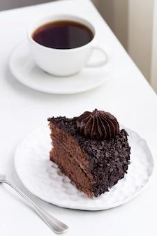 Torta al cioccolato e caffè, natura morta in un interno luminoso. messa a fuoco selettiva.