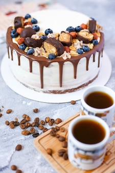 Torta al cioccolato e tazze di caffè