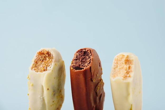 Torta al cioccolato sotto forma di gelato su un bastoncino