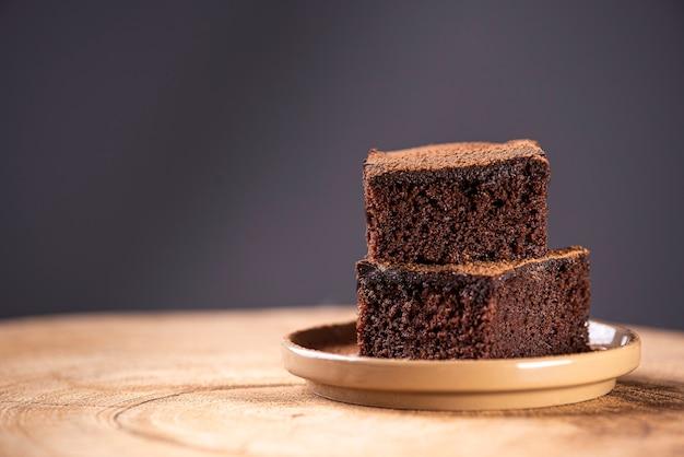 Torta al cioccolato a pezzi su un tavolo torta fatta in casa