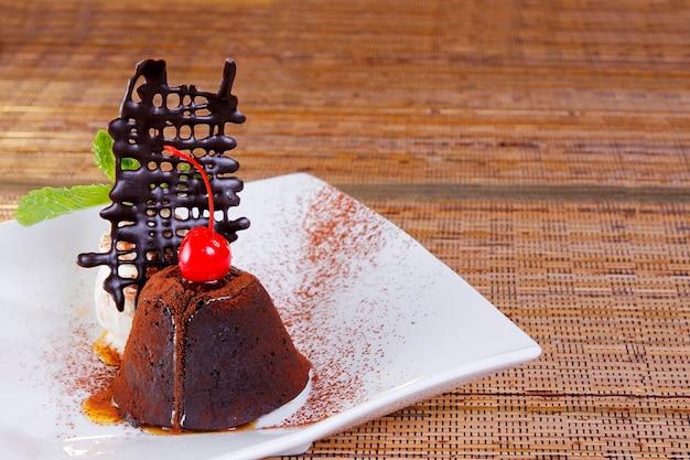Torta al cioccolato con topping ciliegie e miele