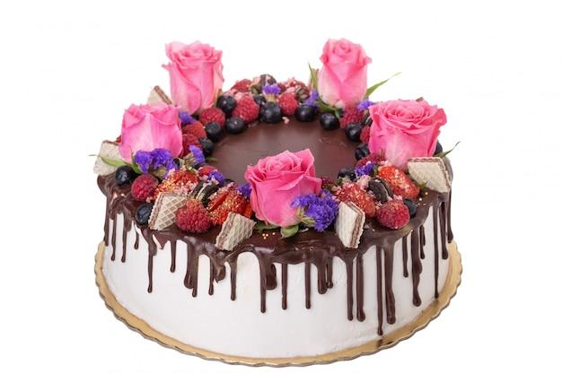 Torta al cioccolato con frutta e fiori.