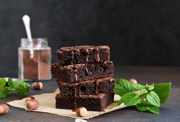 Torta al cioccolato con noci sul tavolo