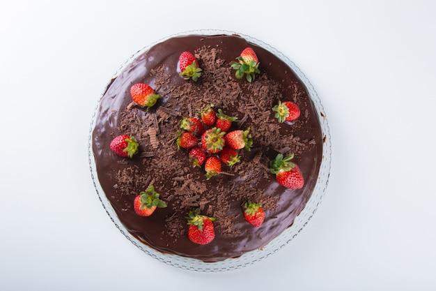 Torta al cioccolato con fragola isolata sulla superficie bianca vista dall'alto. Foto Premium