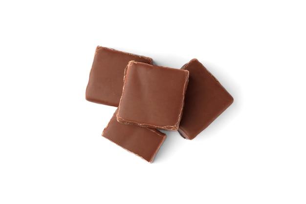 Caramelle al cioccolato latte di uccello con soufflé di latte isolato su sfondo bianco.
