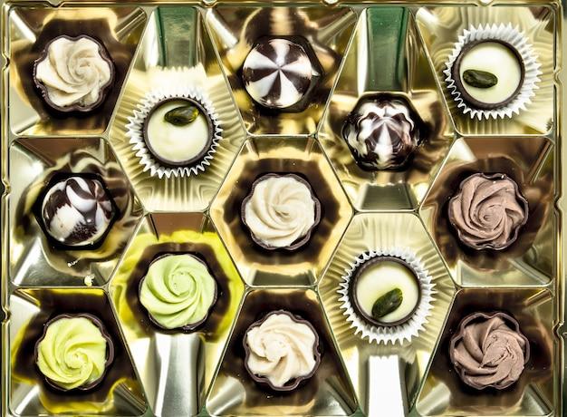 Caramelle di cioccolato nella scatola. molti diversi dolci al cioccolato