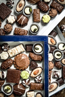 Caramelle di cioccolato in scatole. molti dolci diversi