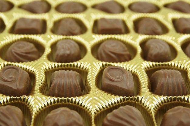 Caramelle di cioccolato messe in una scatola aperta.