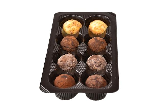 Collezione di caramelle al cioccolato in scatola di plastica.