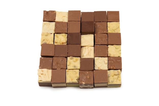 Caramella di cioccolato isolata su fondo bianco. vista dall'alto.