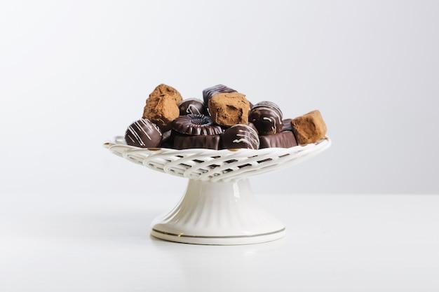 Caramella di cioccolato sul piatto sulla tavola bianca