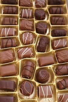 Set di caramelle al cioccolato scatola di cioccolatini close-up. dolci al cioccolato assortiti.