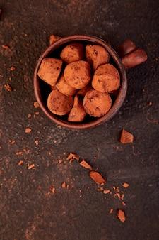 Tartufi della caramella di cioccolato in zolla marrone