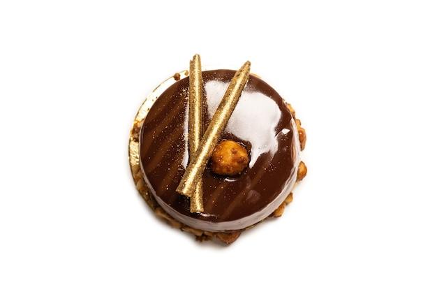 Torta al cioccolato e caramello isolata su una superficie bianca. vista dall'alto.
