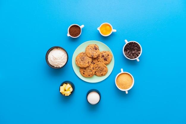 Biscotti al cioccolato su un piatto e gli ingredienti della ricetta