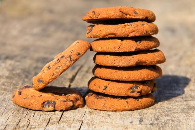 Biscotti al cioccolato su tavola in legno rustico