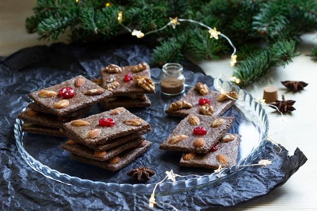 Biscotti al cioccolato con mandorle e ciliegie sotto forma di carte da gioco. messa a fuoco selettiva.