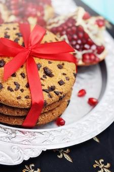 Biscotti al cioccolato con fiocco rosso