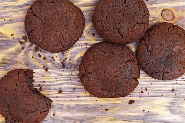 Biscotti di pepita di cioccolato sulla tavola di legno