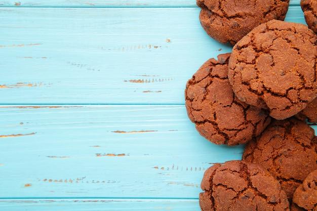 Biscotti di pepita di cioccolato sull'azzurro