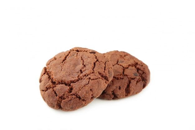 Biscotti di pepita di cioccolato isolati su priorità bassa bianca