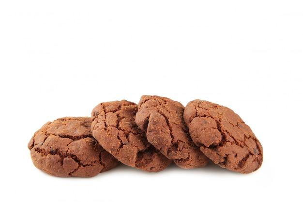Biscotti di pepita di cioccolato isolati su bianco