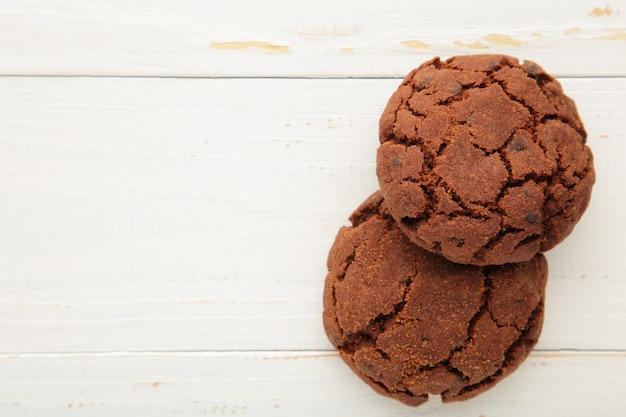 Biscotti di pepita di cioccolato su priorità bassa bianca