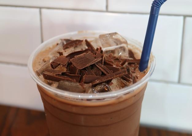 Pezzi di cioccolato ricoperti di cioccolato freddo in tazza da asporto