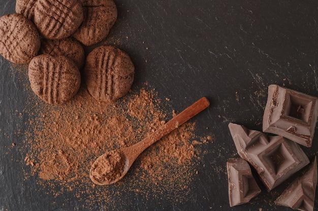 Fave di cacao e del cioccolato su fondo scuro