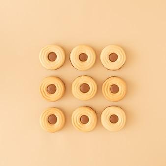 Biscotti al cioccolato disposti a cubo su fondo crema. concetto di biscotto per alimenti dolci