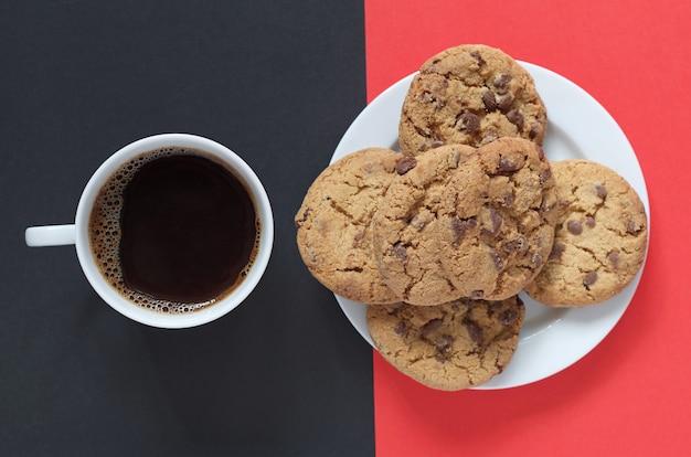 Biscotti al cioccolato e tazza di caffè
