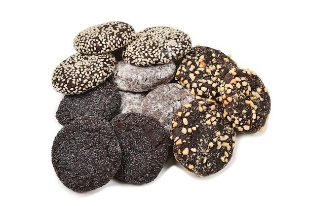 Biscotti al cioccolato isolati su sfondo bianco.