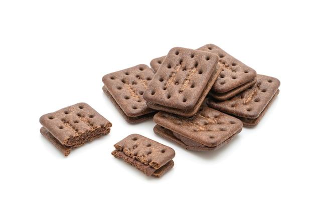 Biscotti al cioccolato con crema al cioccolato isolato su sfondo bianco