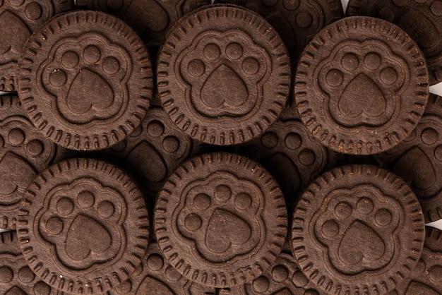 Biscotti al cioccolato con ripieno di latte isolato su bianco