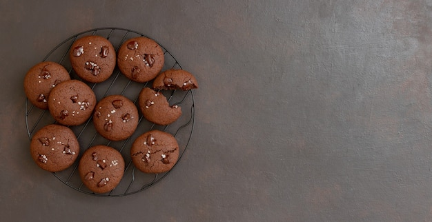 Biscotti al cioccolato con sale e pezzi di cioccolato. dolci fatti in casa. ricetta. cibo vegetariano.