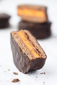 Biscotti ricoperti di cioccolato con ripieno di crema all'arancia