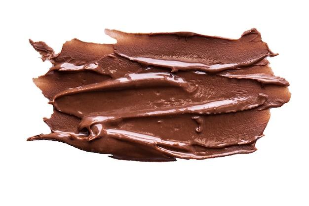 Tratti di crema al cioccolato isolati su sfondo bianco
