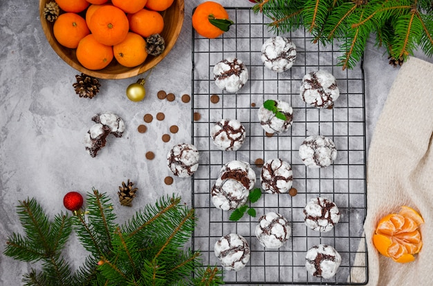 Chocolate crinkle cookies in zucchero a velo su un tavolo grigio