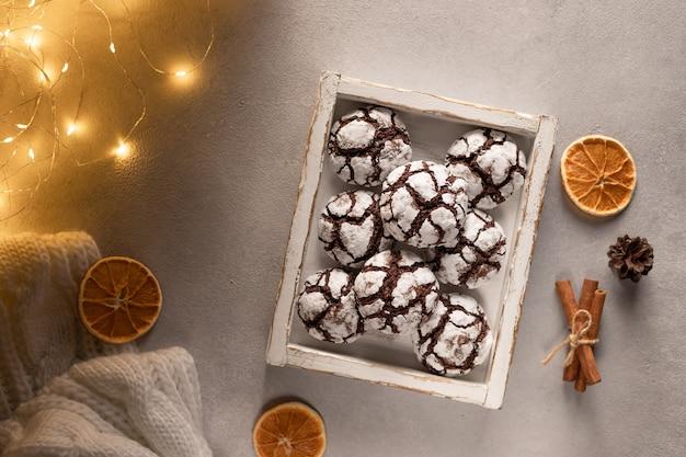 Biscotti al cioccolato stropicciati in scatola di legno con decorazioni natalizie