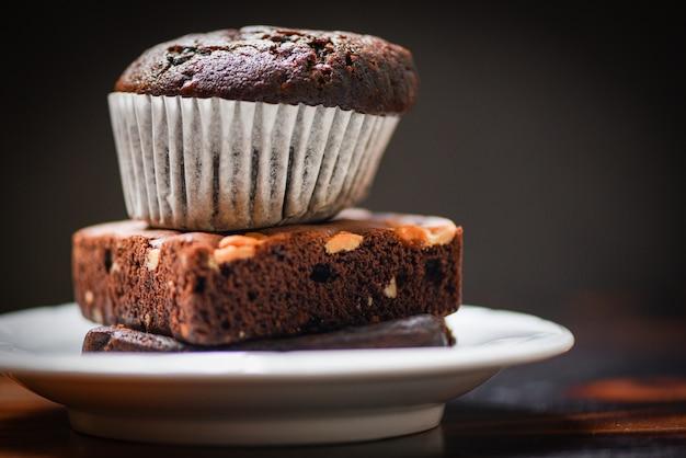 Cupcake al cioccolato al cioccolato brownie su bianco palte con buio