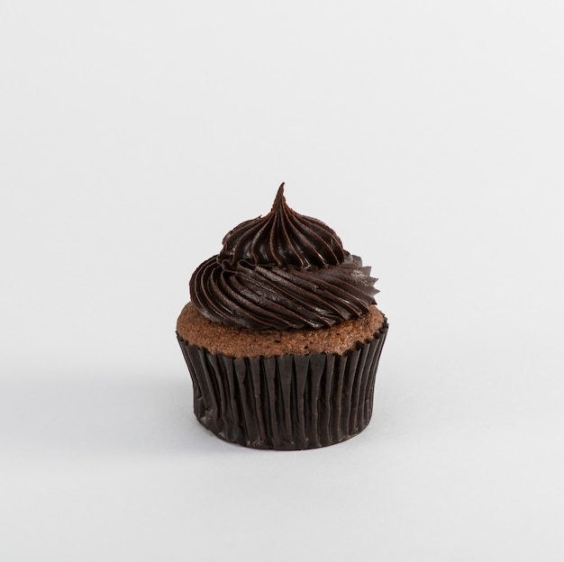 Cupcake al cioccolato su sfondo bianco, isolato
