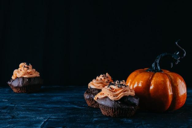 Cupcakes al cioccolato e zucca, concetto di halloween.