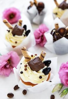 Cupcakes al cioccolato sulla tavola di marmo bianco