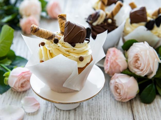 Cupcakes al cioccolato su legno bianco