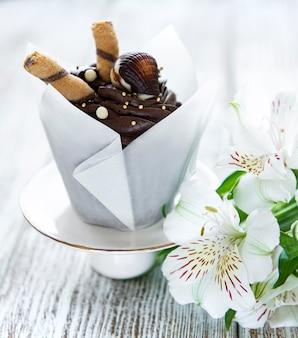 Cupcakes al cioccolato su superficie di legno bianca