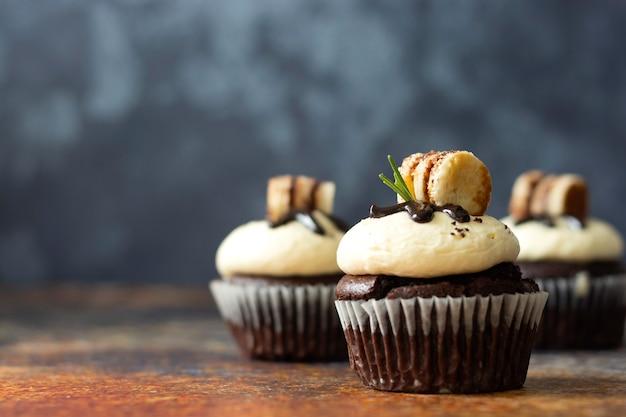 Cupcakes al cioccolato con crema al burro. dessert dolce, panetteria, dessert di pasticceria. copia spazio.