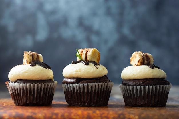Cupcakes al cioccolato con crema al burro. dessert dolce, panetteria, dessert di pasticceria.
